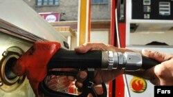 Коммунисты на бензоколонках и на улицах городов распространят листовки и газеты, а если водители будут не против - повяжут на их машины красные ленточки