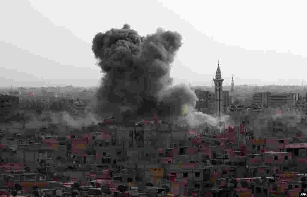 Всего в десяти километрах восточнее столицы— в городе Дума, который контролируется террористическими группировками,— идут бомбардировки. 16 сентября 2015 года.