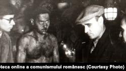 Minerii au fost intens curtați de liderii comuniști. Gheorghe Gheorghiu-Dej printre mineri la Petrila, în subteran la 300 m adâncime (23 noiembrie 1944). Sursa: Fototeca online a comunismului românesc; cota: 115/1944