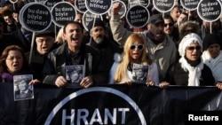 Турция - Друзья Гранта Динка проводят акцию протеста перед зданием суда с лозунгом «Этот суд не должен завершиться подобным образом», Стамбул 17 января 2012 г.