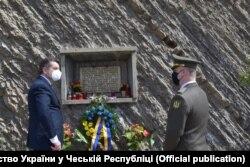 Пам'ятна таблиця, встановлена в Празі на місці загибелі Івана Гончаренка
