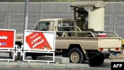 تصویری از نیروهای امنیتی اطراف کنسولگری آمریکا در جده که در سال ۲۰۰۴ گرفته شدهاست؛ در پی حملهای در آن سال ۹ نفر کشته شدند