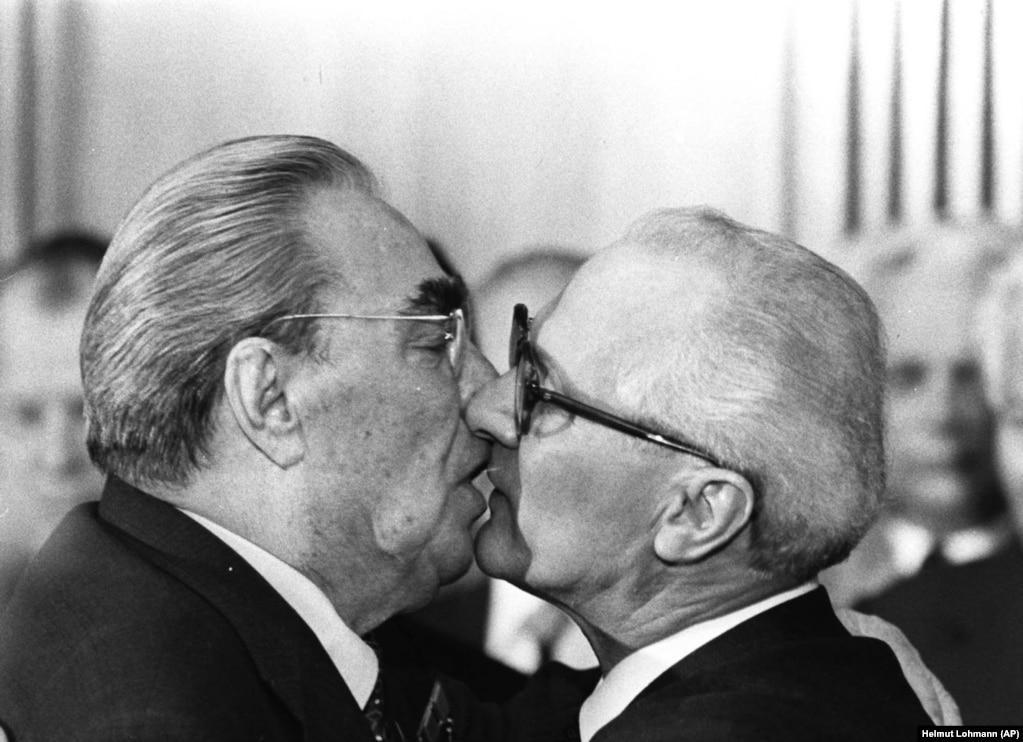 Зазвичай Брежнєв тричі цілував колег в щоки, але деякі удостоювалися поцілунку в губи. Знаменита зустріч Леоніда Брежнєва і лідера НДР Еріха Хонеккера в 1979 році увічнена на Берлінській стіні з написом: «Господи! Допоможи мені вижити серед цієї смертної любові»