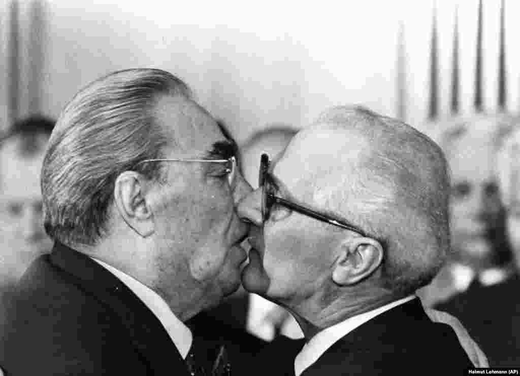 """ბრეჟნევის კოცნა სამჯერადი იყო. ის ხშირად ლოყაზე კოცნიდა, თუმცა რაც უფრო მჭიდრო იყო ურთიერთობები კომუნისტურ სახელმწიფოსთან, ტუჩებიც მით უფრო უახლოვდებოდნენ ერთმანეთს. 1979 წლის ეს ცნობილი სალამი ბრეჟნევსა და აღმოსავლეთ გერმანიის ლიდერს, ერიხ ჰონეკერს შორის, მოგვიანებით უკვდავყო ქუჩის ცნობილმა ნახატმა სათაურით - """"ღმერთო გადამარჩინე ამ მომაკვდინებელ სიყვარულს."""""""