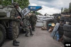 Українські силовики на блокпості біля Слов'янська