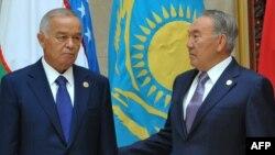 Қазақстан президентіи Нұрсұлтан Назарбаев (оң жақта) пен Өзбекстан президенті Ислам Каримов Шанхай ынтымақтастық ұйымының саммитінде кездесіп тұр. Бішкек, 13 қыркүйек 2014 жыл.