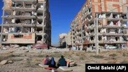 برخی از رسانههای ایران گزارشهایی از کمبود چادر و دیگر نیازهای اولیه در مناطق زلزله زده منتشر کردهاند.
