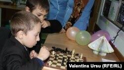 O partidă de șah la... grădinița din Șișcani