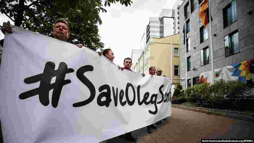 Учасники акції також передали звернення до німецького канцлера Анґели Меркель з вимогою сприяти звільненню Олега Сенцова та інших українських політв'язнів, яких утримує Росія