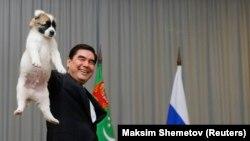 Архивска фотографија - Претседателот на Туркемнистан, Гурбангули Бердимухамедов, покажува алабаи куче