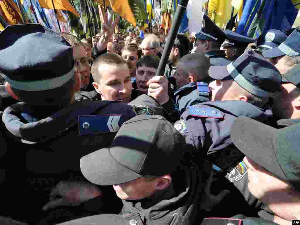 Украіна. Сутычкі АМАПу з прыхільнікамі апазыцыі перад будынкам парлямэнту.