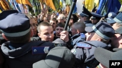Під час демонстрації протесту проти ратифікації «харківських угод» під Верховною Радою 27 квітня 2010 року