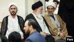 دو چهره اصلی مخالفت با کنسرتها در خراسان رضوی؛ احمد علمالهدی (وسط) و علی مظفری، رئیسکل دادگستری (چپ)