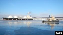 Транспортировка сжиженного природного газа с завода СПГ на Сахалине. Его поставки начались в 2009 году, первым покупателем стала Япония.