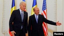 Джо Байден бместе с президентом Румынии, Траян Бэсеску, выступает перед журналистами во Дворце «Cotroceni».