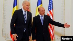 АҚШ вице-президенті Джо Байден (сол жақта) мен Румыния президенті Траян Басеску. Бухарест, 21 мамыр 2014 жыл.