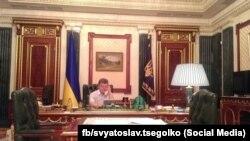Фотографія з робочого кабінету президента України Петра Порошенка