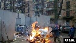 «Утилізація» сміття неподалік від метро Дорогожичі