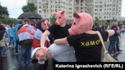 Демонстранты в Минске разыгрывают задержание. Кадр из фильма Дарьи Демуры и Катерины Игнашевич