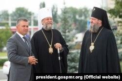 Mitropolitul Vladimir (centru), Episcopul de Dubăsari și Tiraspol Savva (dreapta) și liderul Vadim Krasnoselski (stânga) la Bender