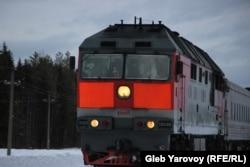 Поезда, проезжающие мимо станции, сигналят активистам