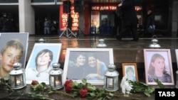 Дубровкадағы театр орталығында 2002 жылы 26 қазанда арнайы операция кезінде қаза болғандардың суреттері. Мәскеу, 26 қазан 2012 жыл.
