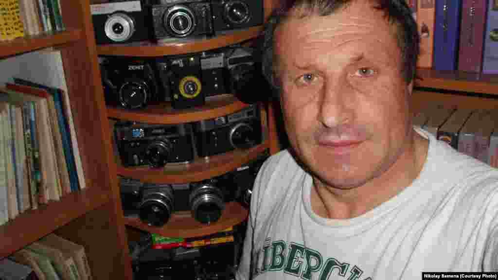 А ще Микола Семена захоплювався фотографією і колекціонував фотоапарати. На фото: журналіст зі своєю колекцією фотоапаратів, 2005 рік