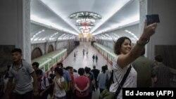 Туристка робить селфі у метро Пхеньяна, 2017 рік