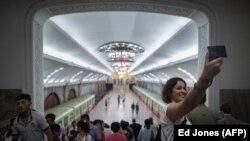 Турист делает селфи в метро Пхеньяна
