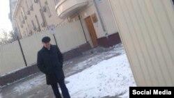 Алтынбек Сулайманов у здания ГКНБ. Фото взято из Интернета.