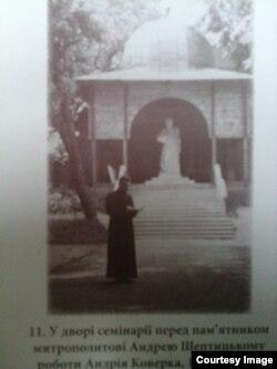 Патріарх Йосиф біля пам'ятника (фото надане автором)