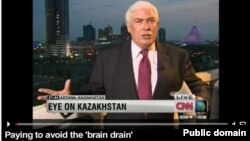 Репортер американской телекомпании CNN ведет репортаж программы «Взгляд на Казахстан» из Астаны. Июль 2012 года. Кадр репортажа с веб-сайта CNN.