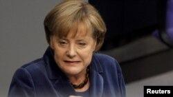 Ангела Меркель выступает в парламенте ФРГ
