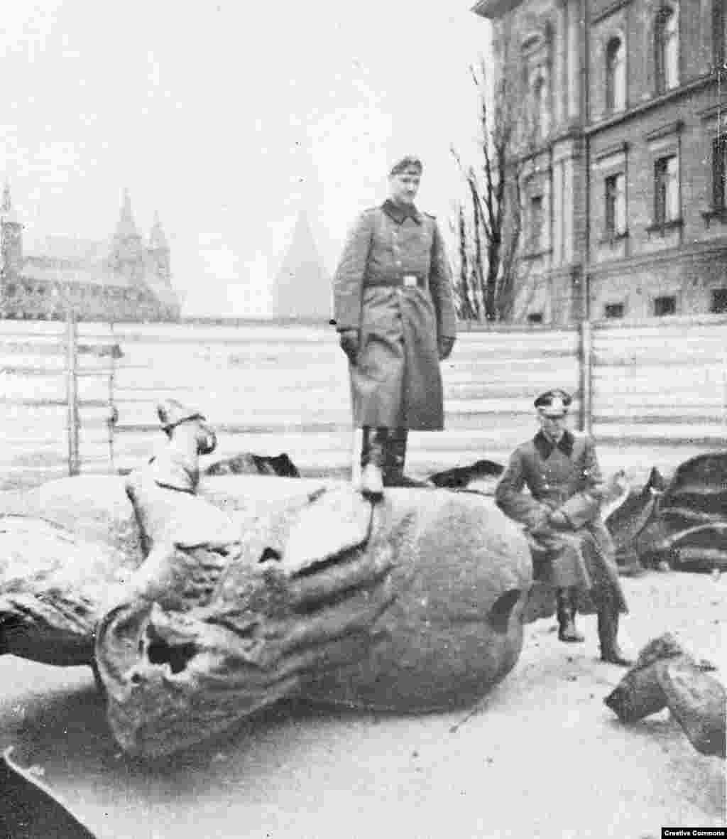 Фрагменты статуи польского короля Владислава II Ягайло лежат на земле. Ее разрушили нацистские войска после вторжения в Польшу в 1939 году