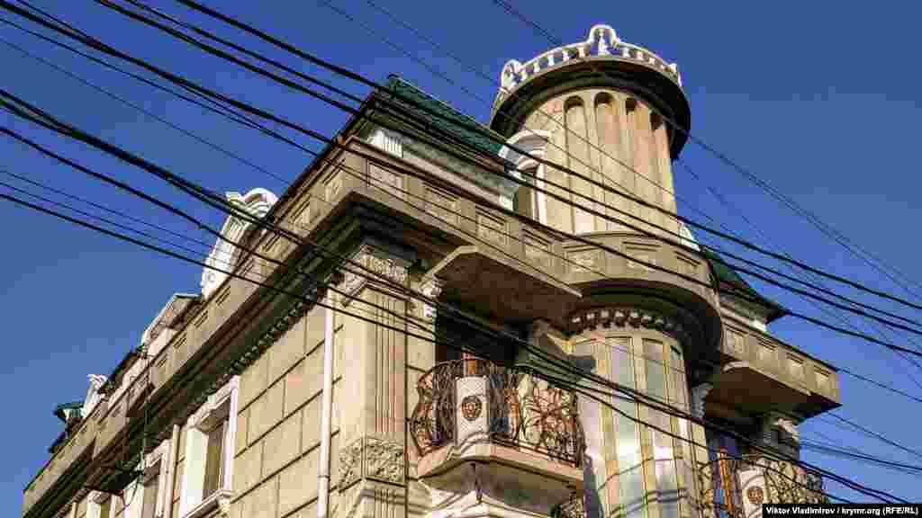 Зажиточный селянин построил дом, который заметно выделяется своими архитектурными формами