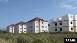 Микрорайон был построен правительством Москвы после войны августа 2008 года и включает в себя более 200 коттеджей, восемь трехэтажных муниципальных домов, школу, два детских сада, объекты коммунальной инфраструктуры