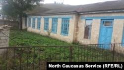 Одна из школ в Дагестане. Таких в республике немало, поэтому трехсменка остается одной из главных проблем