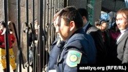 Саудагерлер наразылығын бақылап тұрған адамдар. Тараз, 29 қазан 2012 жыл.