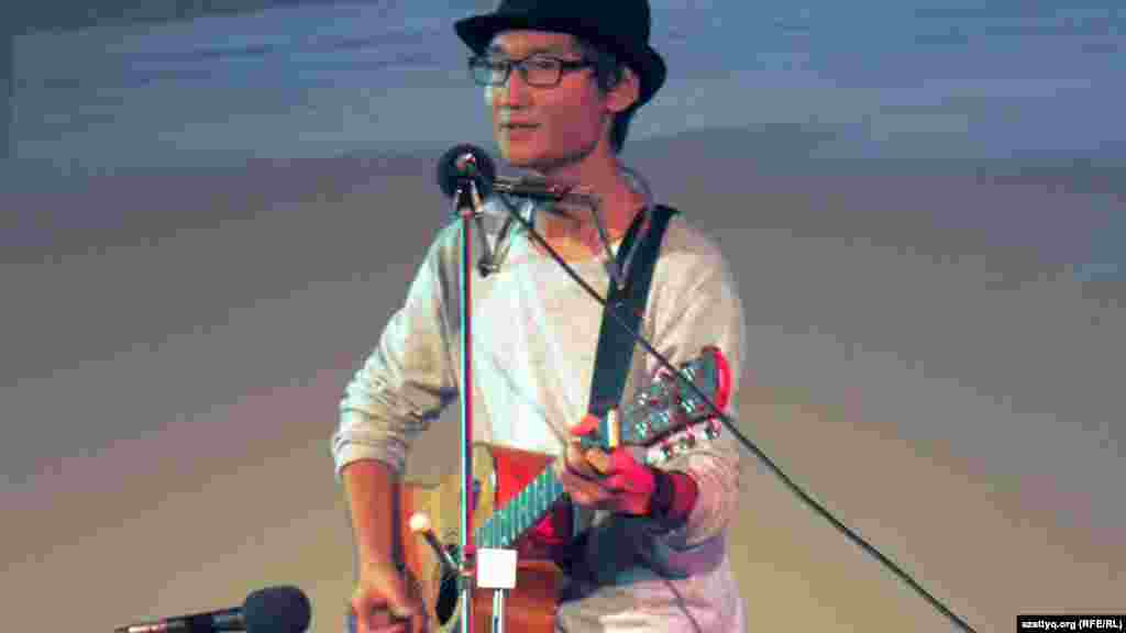 Студент из Казахстана Айтуар Абдиль поет песню Боба Дилана на конкурсе в Праге. 8 ноября 2014 года.