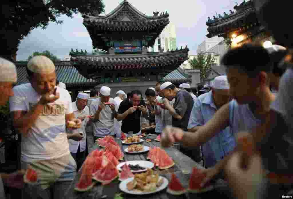 Çin. Pekində yerləşən Niujie Məscidində iftar zamanı