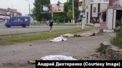Убитые во время стрельбы люди на улице в Луганске