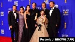 Američki filmski redatelj Quentin Tarantino, glumci Brad Pitt i Leonardo DiCaprio poziraju s ostalim članovima glumačke ekipe nakon što su osvojili nagradu za najbolji film 'Bilo jednom u Hollywoodu'