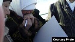 Женщины собирают подписи для заявления в акимат. Жанаозен, 13 февраля 2012 года. Фото предоставила Дина Байдилдаева.