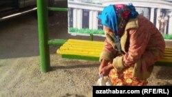 Gartaşan bir aýalyň suraty. Türkmenistan