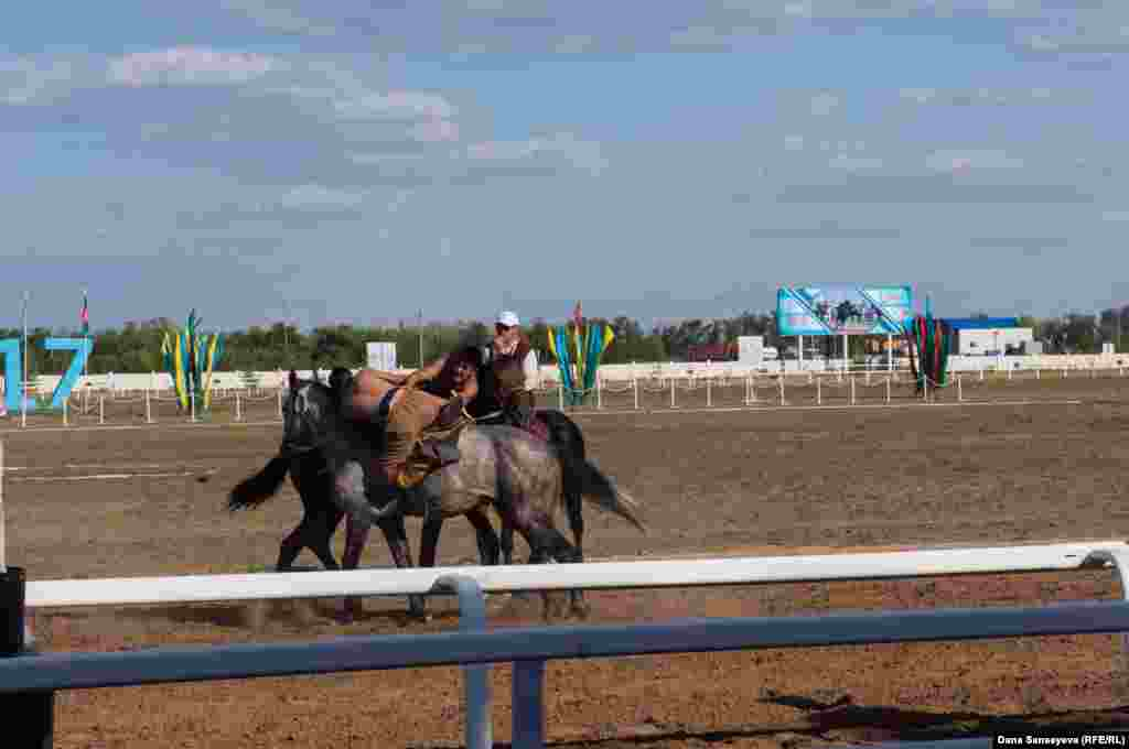 На открытии первого чемпионата мира по кокпару казахские «джигиты» сыграли также один тур национальной игры аударыспак: в ней игрокам нужно снести с лошади противника.