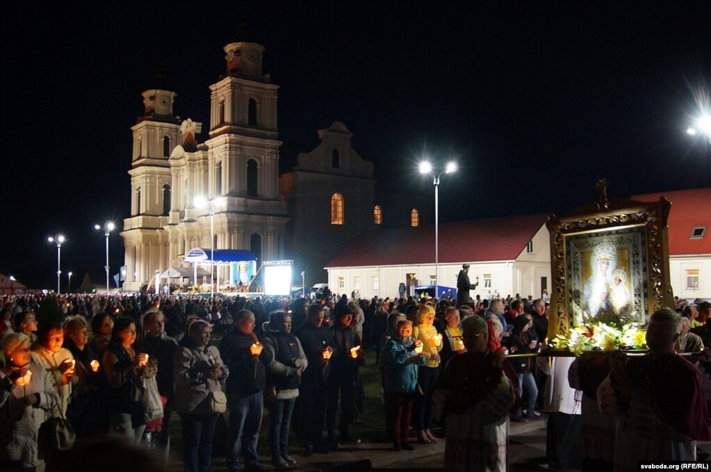 Самый красивый момент фестиваля - ночная процессия с копией иконы Божьей Матери Будславской и свечами