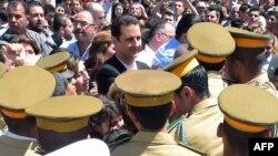 بشار اسد در میان گروهی از حامیانش در دمشق
