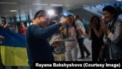 Адвокат Еміль Курбедінов показує премію Front Line Defenders в аеропорту Києва