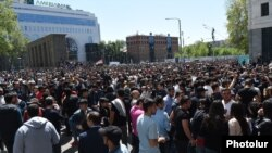 Armenia - Opposition supporters rally outside government ministries in Yerevan, 17 April 2018.