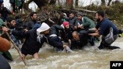 Izbeglice prelaze Suvu reku na putu ka Makedoniji, 14. mart